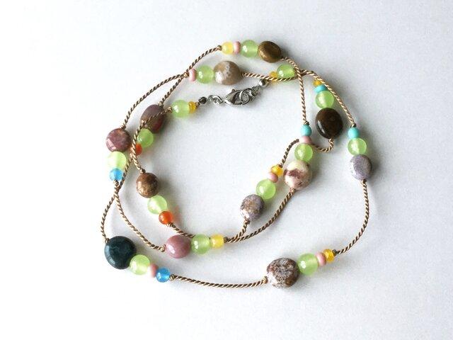 海の小石のネックレス(ベージュの糸)【受注制作】/天然石, ライトグリーンのクォーツァイトとの画像1枚目