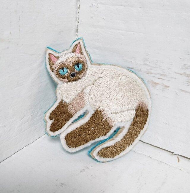 くつろぐ猫ちゃん*刺繍ブローチの画像1枚目