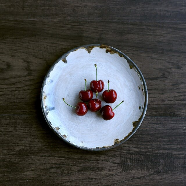 白化粧土(貫入)の平皿の画像1枚目