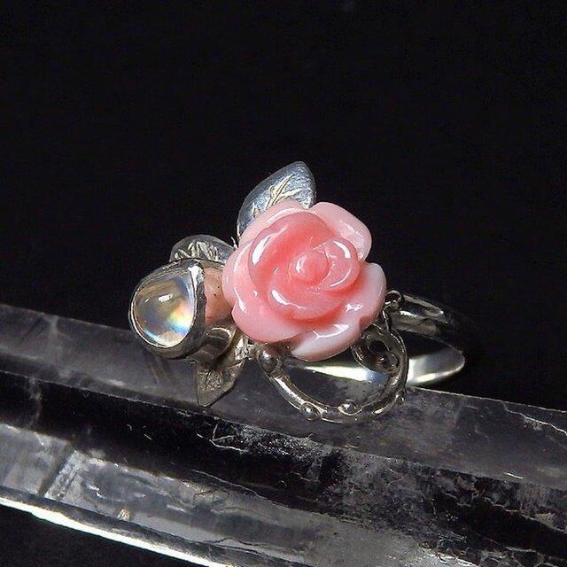 コンクシェルの薔薇とレインボームーンストーンのリング 11.5号の画像1枚目