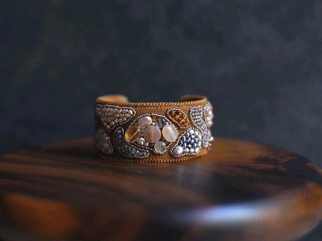 天然石とビーズ刺繍のブレスレット・カーキの画像1枚目