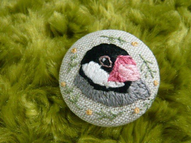 刺繍 文鳥 ブローチ くるみボタン 鳥の画像1枚目
