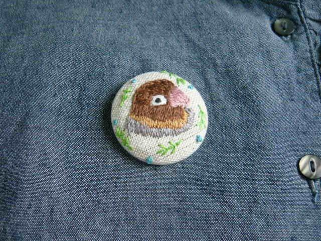 刺繍 ボタンインコ ブローチ くるみボタン 鳥の画像1枚目