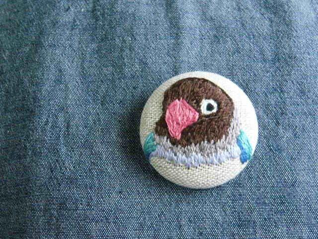 刺繍 ブルーボタンインコ ブローチ くるみボタン 鳥の画像1枚目
