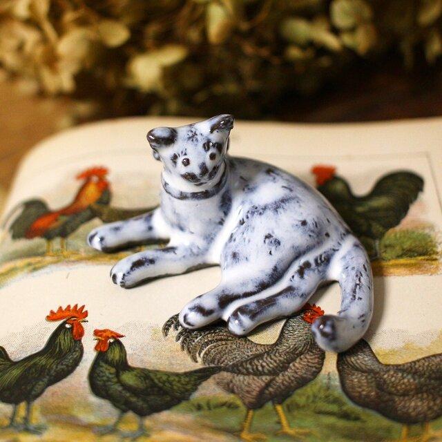 【受注制作】寝ころび猫のミニミニオブジェ(リボンつき)の画像1枚目