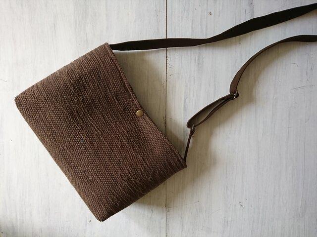 裂き織りのショルダーバッグ Mサイズ横長 焦げ茶の画像1枚目