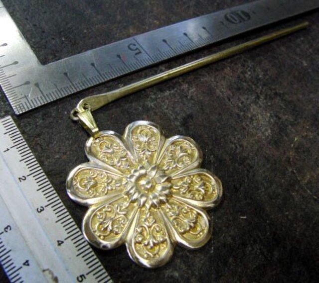真鍮ブラス製 菊の家紋調デザイン簪/かんざし 着物や浴衣の髪飾りや帯飾り根付・ペンダントトップにの画像1枚目