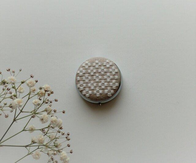 【再販】こぎん刺しのピルケース(アクセサリーケース)ミラー付き・サークルM・白い花の画像1枚目