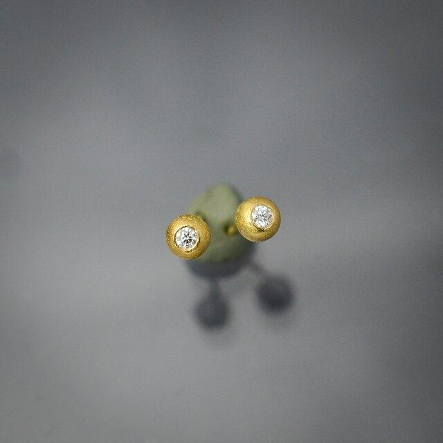 ダイヤモンドをコロンとした22カラットゴールドのシャカ玉に埋め込んだプチピアスの画像1枚目