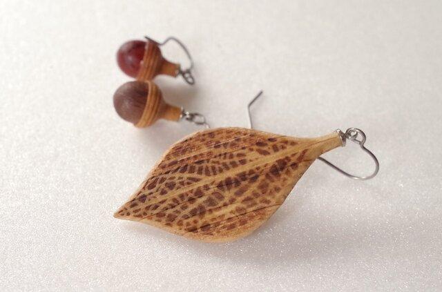 木彫葉っぱとどんぐりのピアス:ナラ | カラーバリエありの画像1枚目