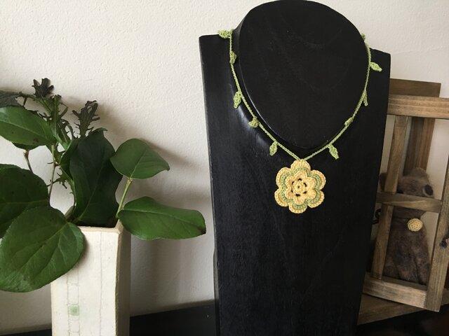 一粒お花のネックレス 黄緑【金具を使わないニットアクセ】の画像1枚目