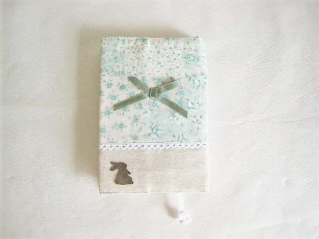 可愛いうさぎを付けたグリーンの花柄ブックカバー(文庫本サイズ)の画像1枚目
