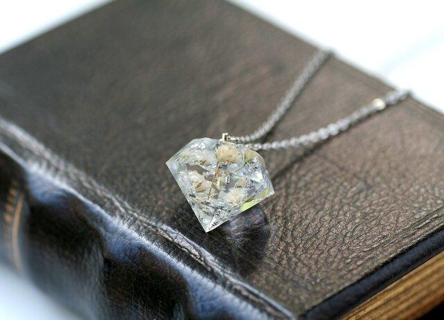 白色のかすみ草と銀箔のダイヤモンド型ネックレス の画像1枚目