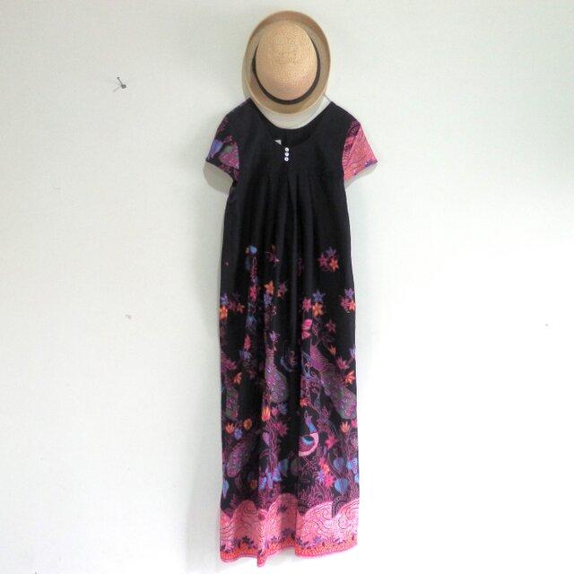 鳥柄のインドネシアの布で作ったワンピース/ピンクの画像1枚目