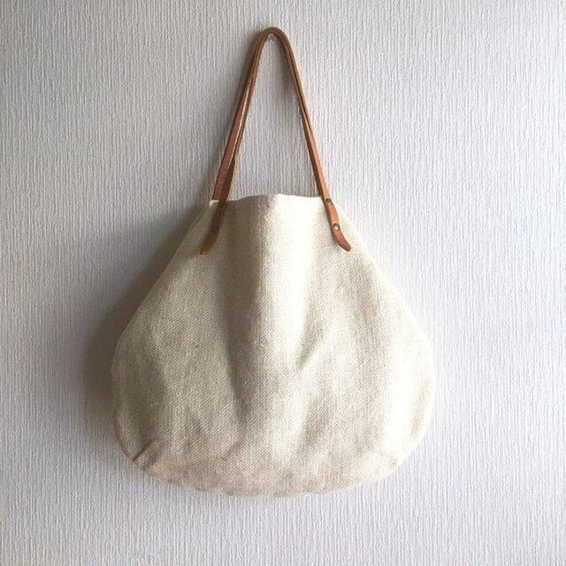 ジュート(麻100%)と極厚オイルヌメの丸型トートバッグ【オフホワイト】の画像1枚目
