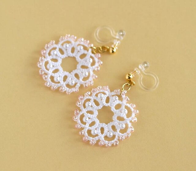 ピンクとホワイトのビーズフラワーの樹脂イヤリング ノンホールピアス 樹脂ピアス レース編み タティングレースの画像1枚目