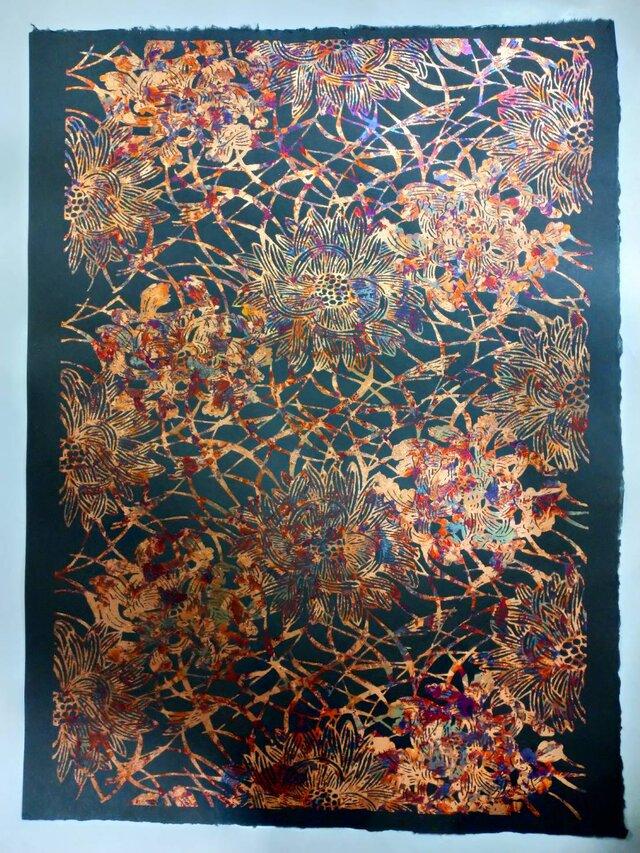ギルディング和紙 菊にススキ柄 黒和紙 赤混合箔の画像1枚目