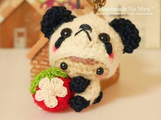 【受注制作】パンダの着ぐるみベビーちゃん・イチゴ(S)/ボールチェーンの画像1枚目