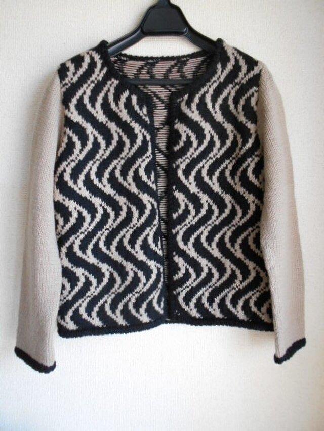 黒とベージュの編み込みジャケットの画像1枚目