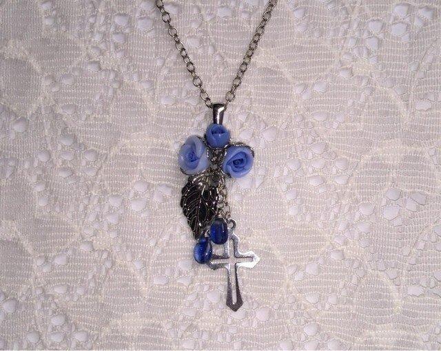 カイヤナイトと青薔薇のネックレスの画像1枚目