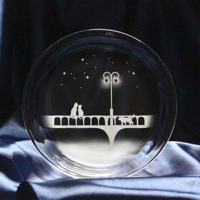 【橋を照らす街灯の下で】猫モチーフのガラス小皿の画像1枚目