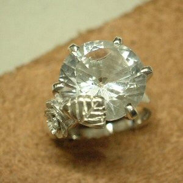 シルバー大きな水晶立爪リング  dsr192jの画像1枚目
