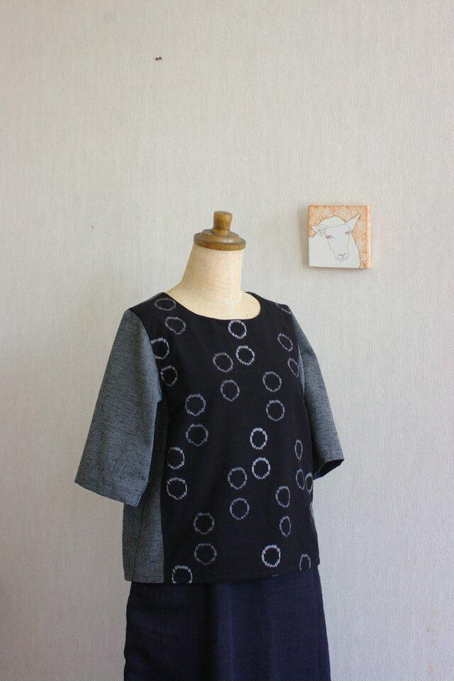 久留米絣黒地あぶく柄の小さな半袖ブラウスの画像1枚目