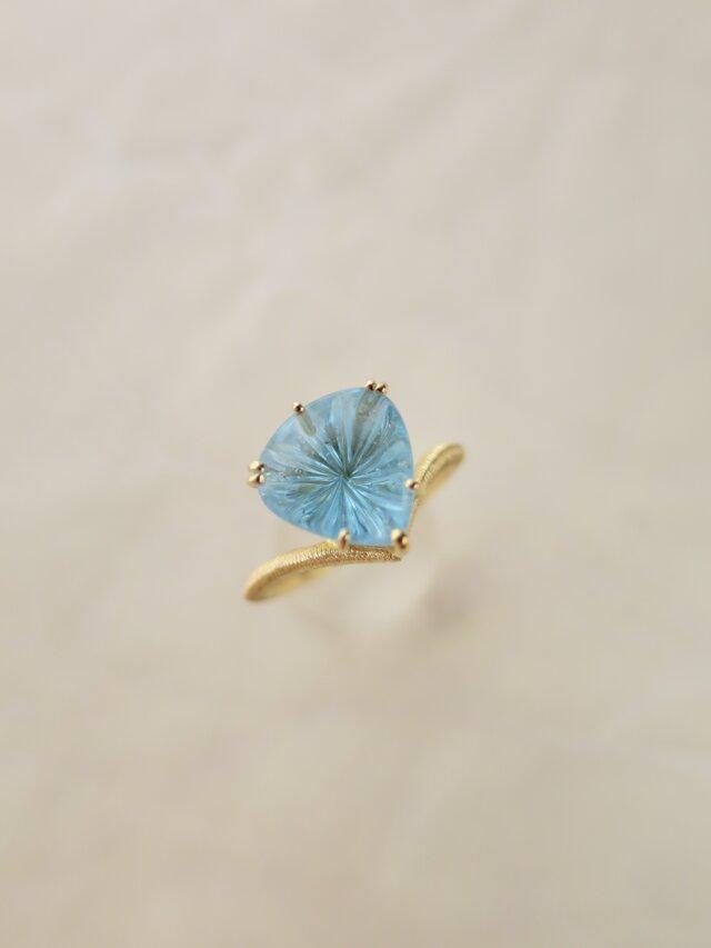 K18 Blue topaz Carving Ringの画像1枚目