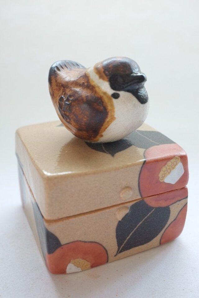陶ハコ「椿とふくら雀」の画像1枚目