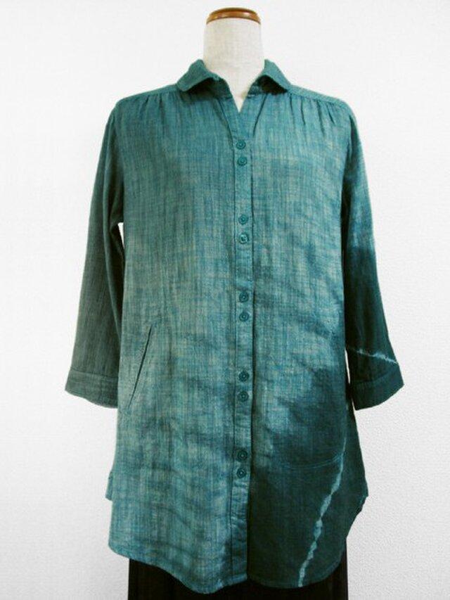七分袖コットンシャツチュニック(斜め絞り染・青緑色濃淡)の画像1枚目