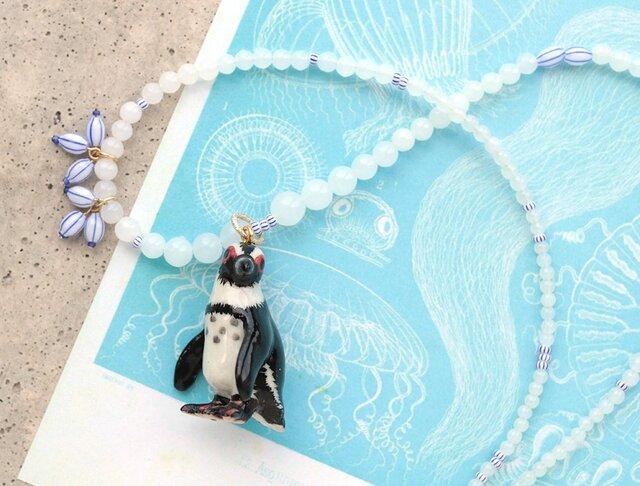 ペンギンとヴィンテージ・ビーズのホワイト・ネックレスの画像1枚目