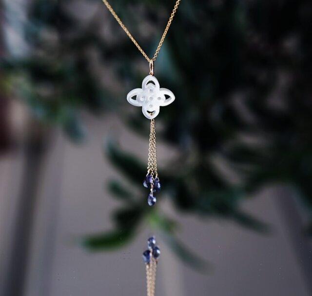 白蝶貝のフィリグリーとアイオライトのセミロングY字ネックレス ~Dianeの画像1枚目