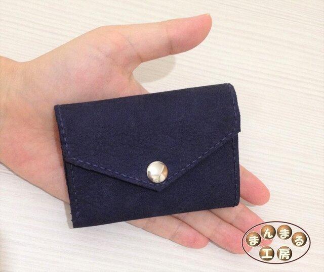 コンパクトなレザー折りたたみ財布の画像1枚目