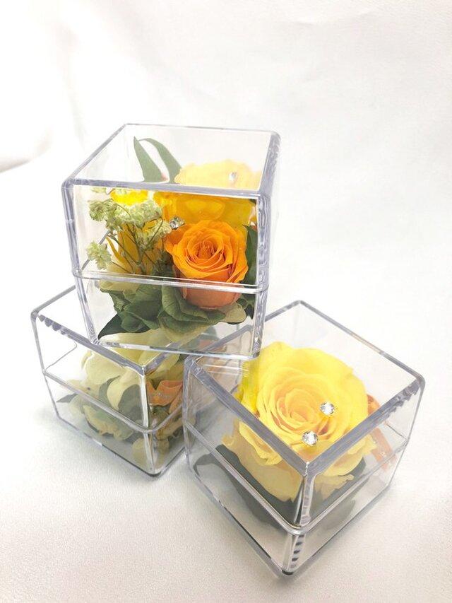 クリアキューブの中に咲く黄色い花たちの時間/プリザーブドフラワー/ギフトボックス付きの画像1枚目