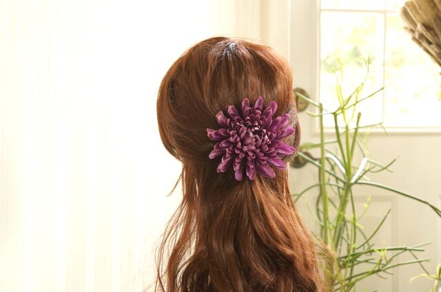 渋み紫の大輪マムのヘアアクセの画像1枚目