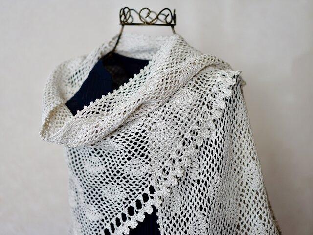綿糸の模様編みの三角ストール(ベージュ) の画像1枚目