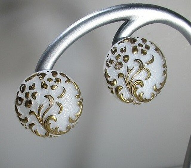 チェコガラスボタン アラベスクのイヤリング ゴールドの画像1枚目