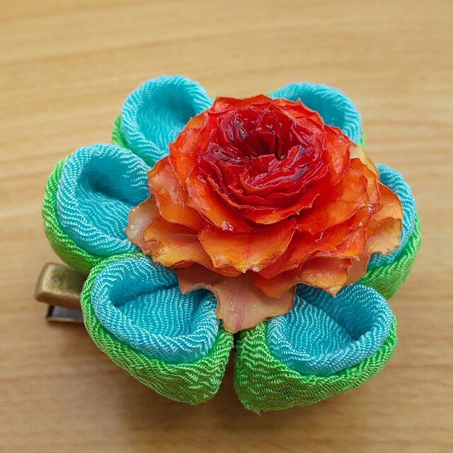 [浴衣アクセサリー]天然バラと2色の京ちりめんのつまみ細工のブローチの画像1枚目