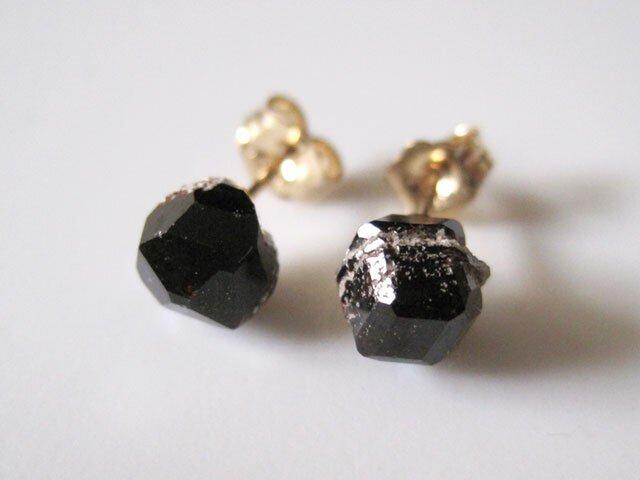 ガーネットの鉱物原石ピアス・長野県産満ばん柘榴石Spessartine Garnet  14kgfの画像1枚目
