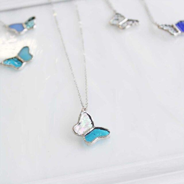 ステンドグラスのネックレス【小さな蝶々】クリア・ブルーの画像1枚目
