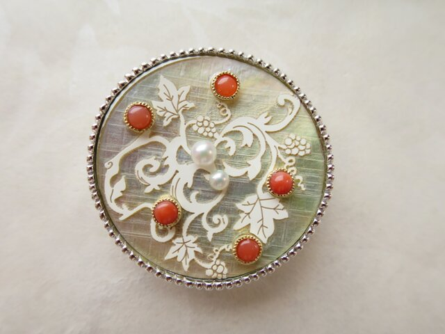 SV・K18 Coral・Pearl Button (White ) Broochの画像1枚目