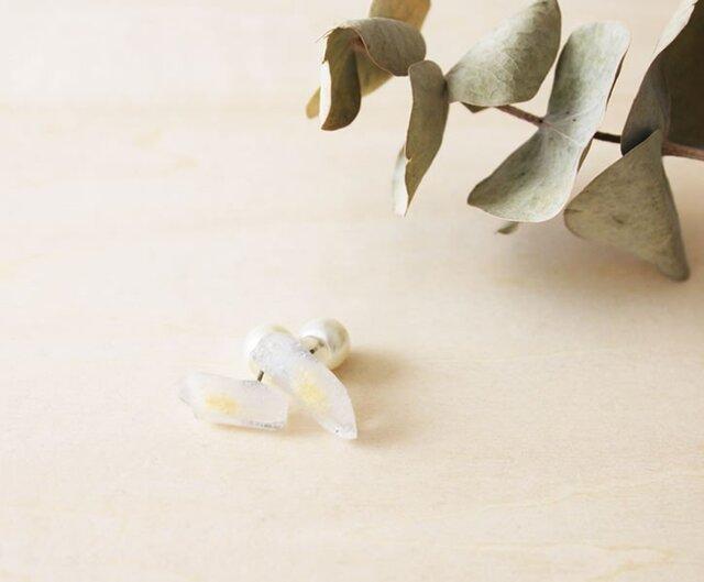 ラフカット鉱石ピアス【白】チタンの画像1枚目
