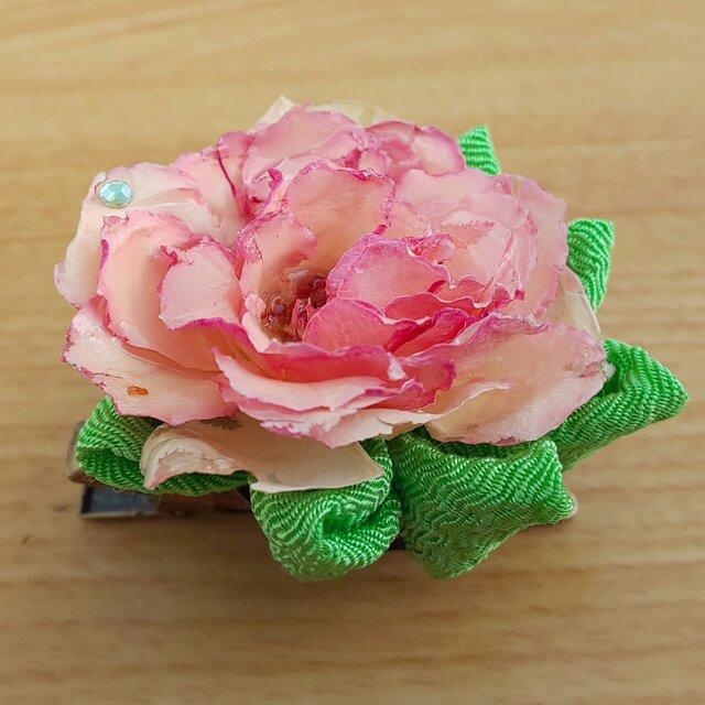 [浴衣アクセサリー]天然バラと緑色の京ちりめんのつまみ細工のブローチの画像1枚目