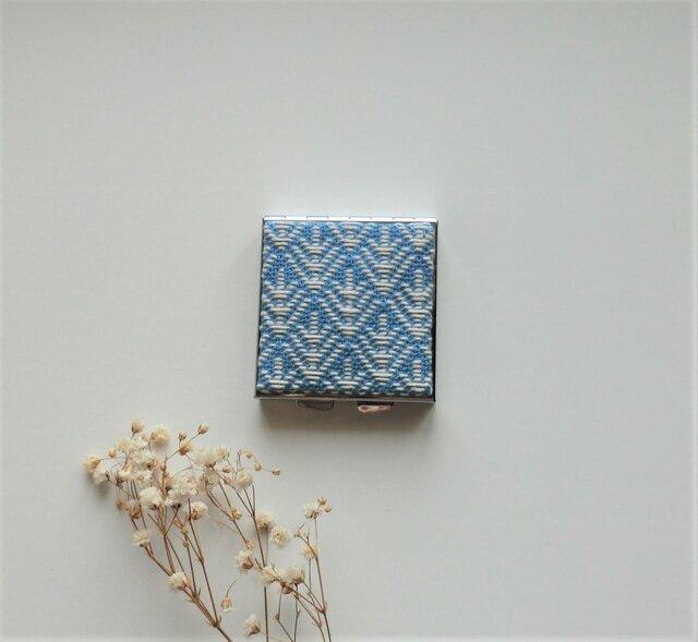 【再販】こぎん刺しのアクセサリーケース(ピルケース)ミラー付き・スクエアL・ブルーの画像1枚目
