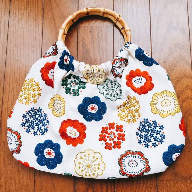 オトナかわいいバンブーバッグ 北欧 花刺繍柄の画像1枚目