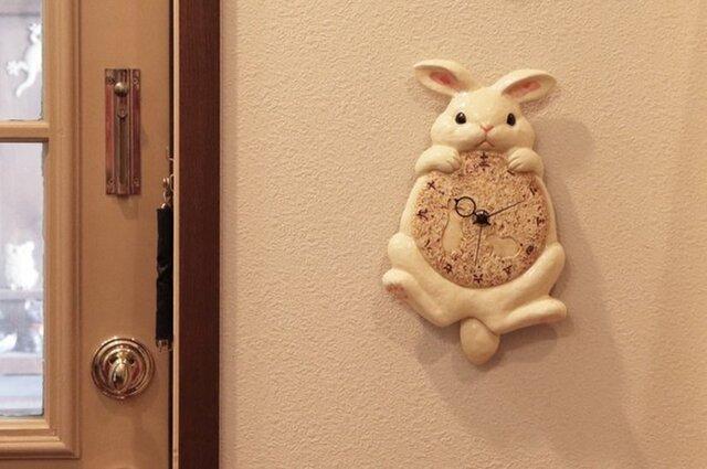 【受注生産】陶器の掛時計 月うさぎ尾振り掛時計の画像1枚目