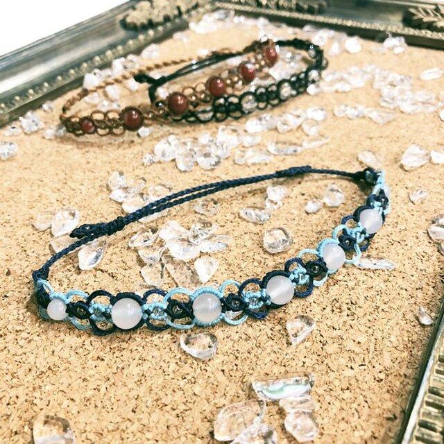 天然石のマクラメ編みアンクレット・メンズ【波紋】ブルー系・ホワイトカルセドニーの画像1枚目