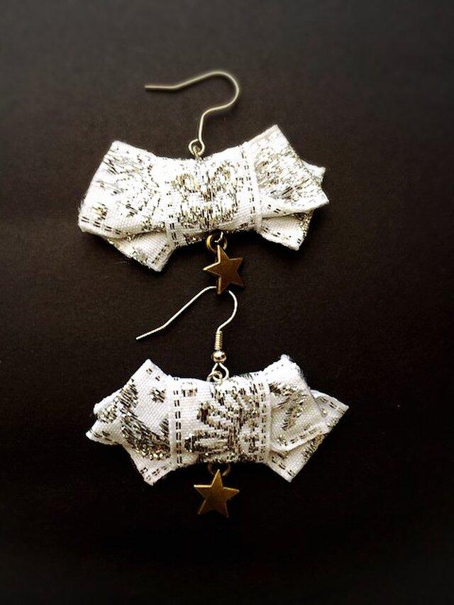 ベトナム刺繍のリボンピアス(ホワイト×シルバー)〜Vietnam ricamo〜の画像1枚目