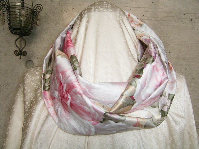 綿サテンのスヌード 花柄の画像1枚目