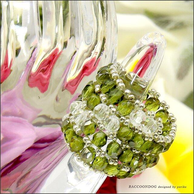 (再販)オリーブ色の木漏れ日【チェコビーズ&カットガラス ビーズリング】《ビーズアクセサリー》の画像1枚目